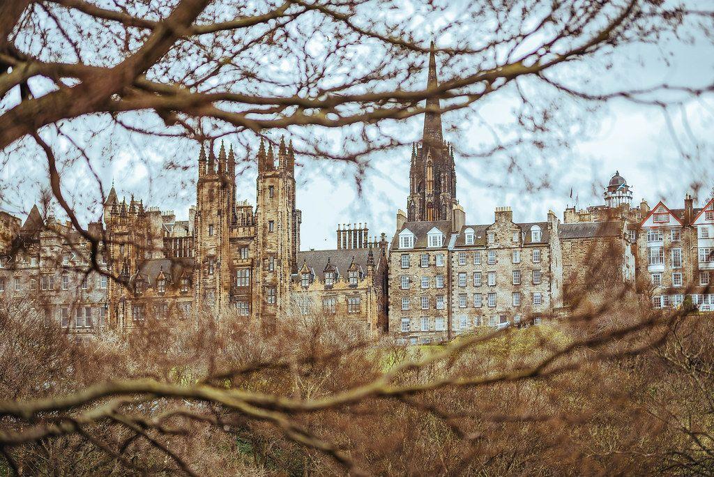 Ansicht von Schottlands Hauptstadt Edinburgh, historischen, altertümlichen Häuserfassaden, in launischem Wetter