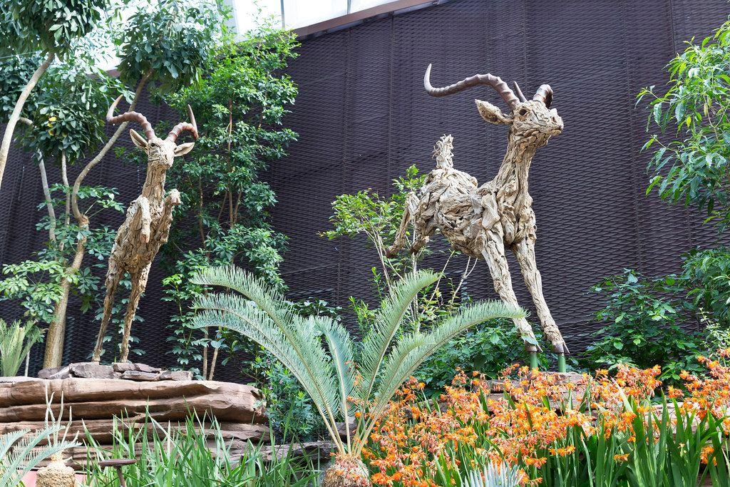 Antilopen aus Holz in den Gardens by the Bay in Singapur
