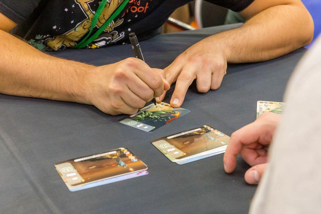 Antoine Bauza, Gamedesigner unterschreibt Spielkarten für Fans