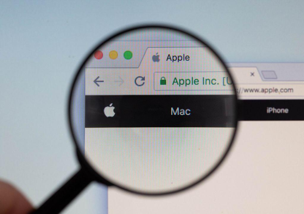 Apple-Logo am PC-Monitor, durch eine Lupe fotografiert