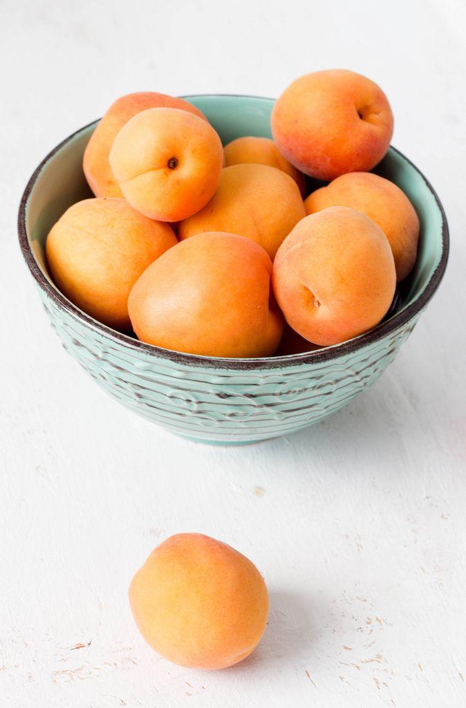 Apricots in a bowl / Aprikosen