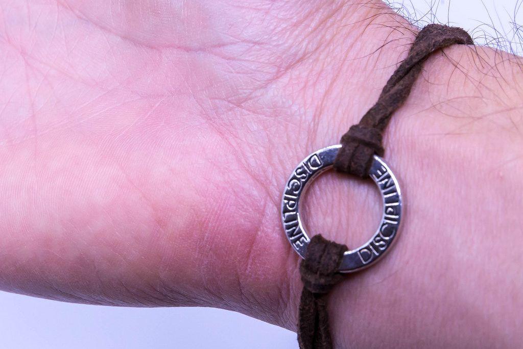 Armband aus Leder mit Medaillon und der Inschrift