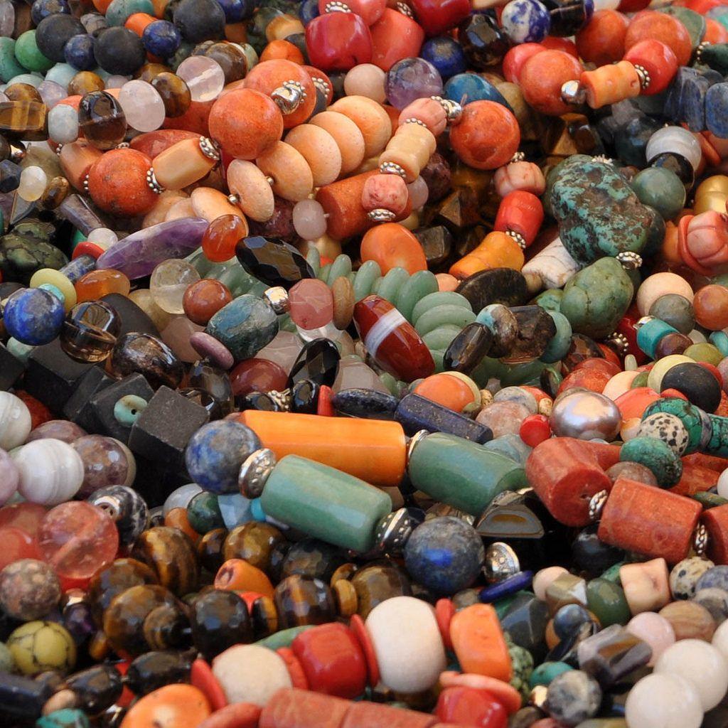 Armbänder aus bunten Steinen