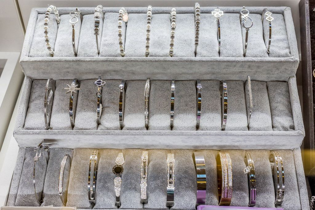 Armbänder in einer Vitrine eines Schaufensters eines Juweliers
