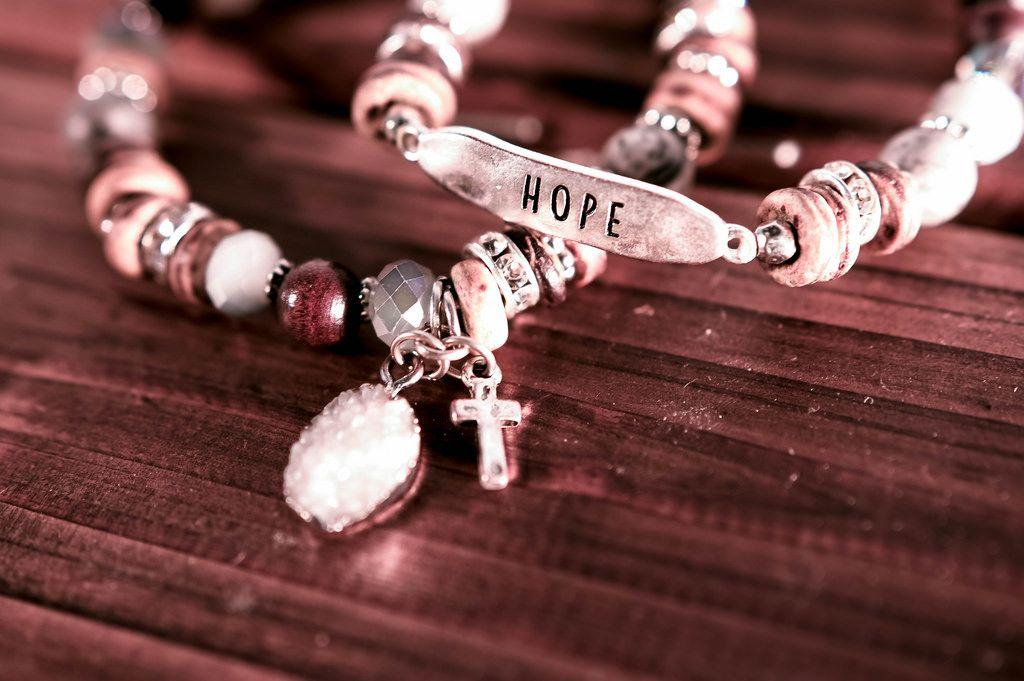 Armbänder mit Kreuz und Aufschrift