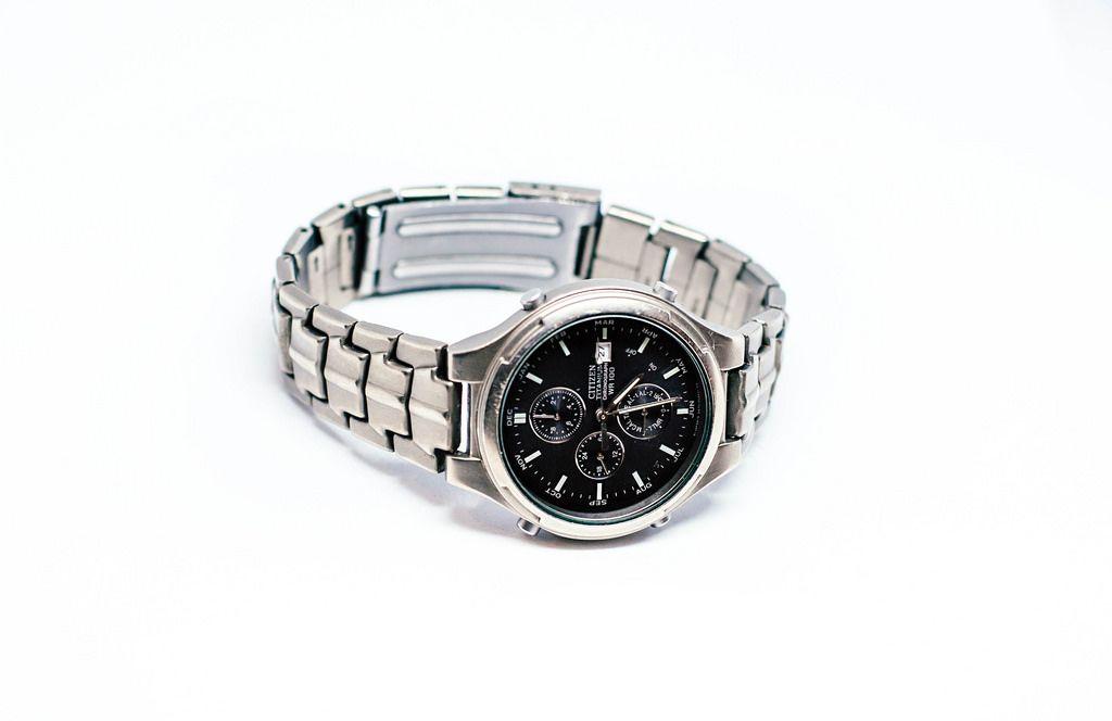 Armbanduhr aus Titanium vor weißem Hintergrund
