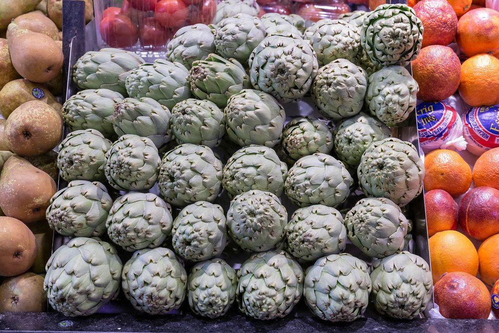Artischocken am Obst und Gemüsestand in den Markthallen Mercat de la Boqueria an der La Rambla Promenade in Barcelona, Spanien