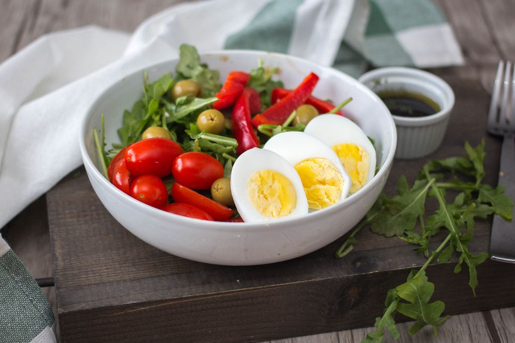 Arugula Salad with Eggs, tomato, pepper and Olive