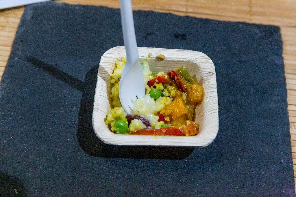 Asiatische Hirse Bowl mit Teriyaki-Tofusalat und Butternutsalat mit Datteln, dazu Kokos-Limettendressing