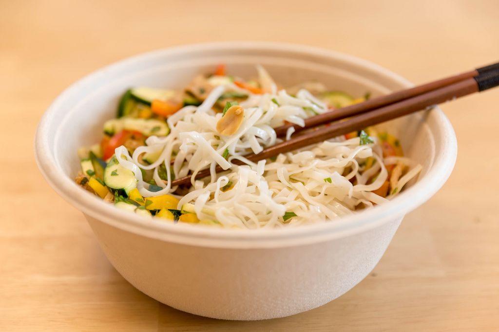 Asiatisches fleischloses Gericht mit Nudeln, Gemüse, Kräutern und Erdnüssen