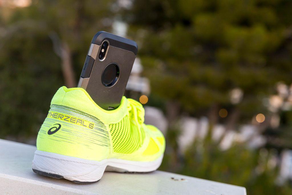 ASICS Laufschuh wird als Smartphone-Stativ verwendet