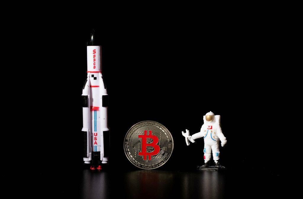 Astronaut and Raumschiff mit goldener Bitcoinmünze