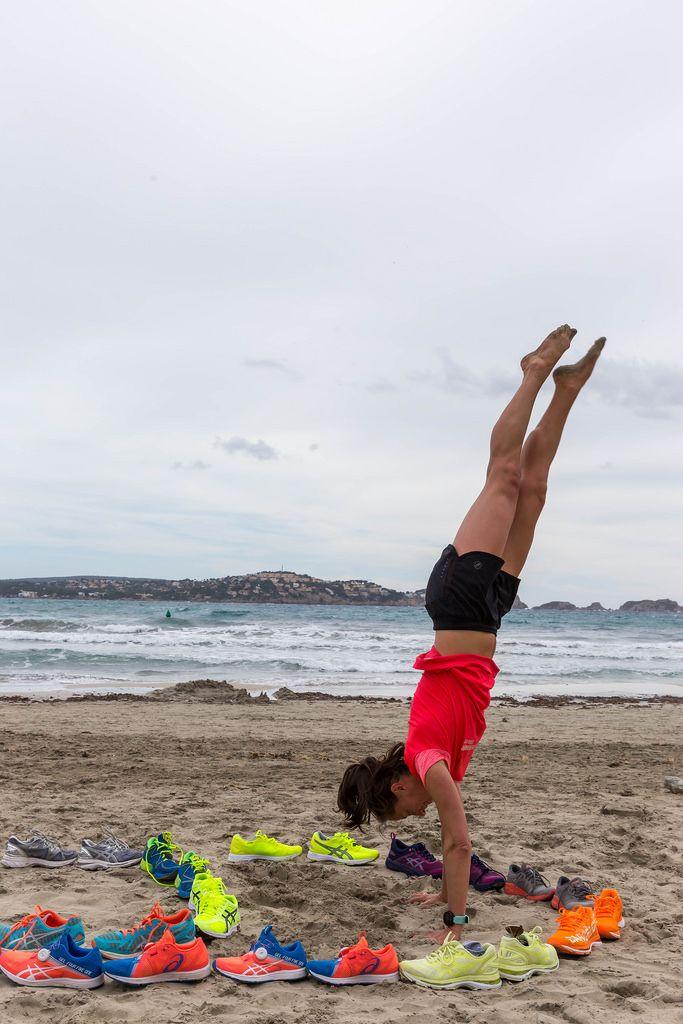 Athletisches Mädchen macht einen Handstand