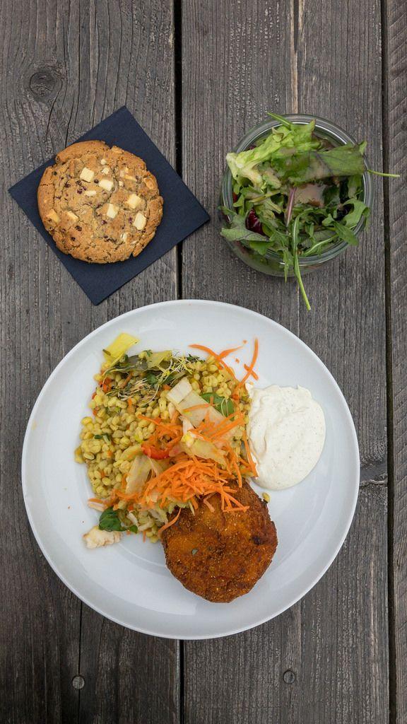 Aubergine-Kartoffel-Kroketten mit Ebly Zartweizen, Gemüse-Risotto mit Estragon-Aioli und kleinem gemischten Salat. Drafusicht