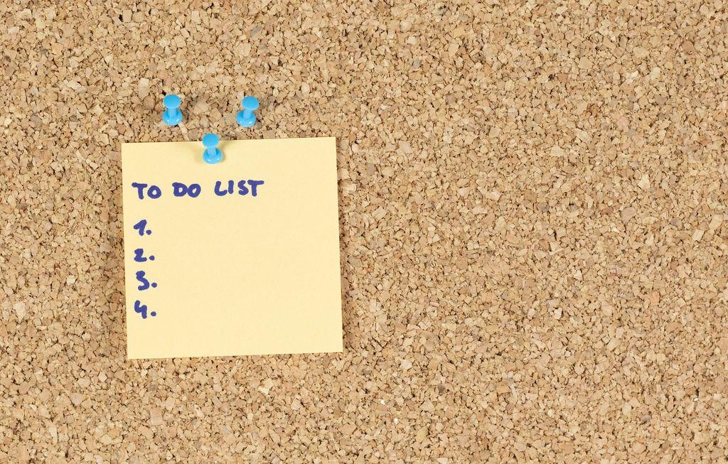 Aufgabenliste auf einer Wandtafel im Büro