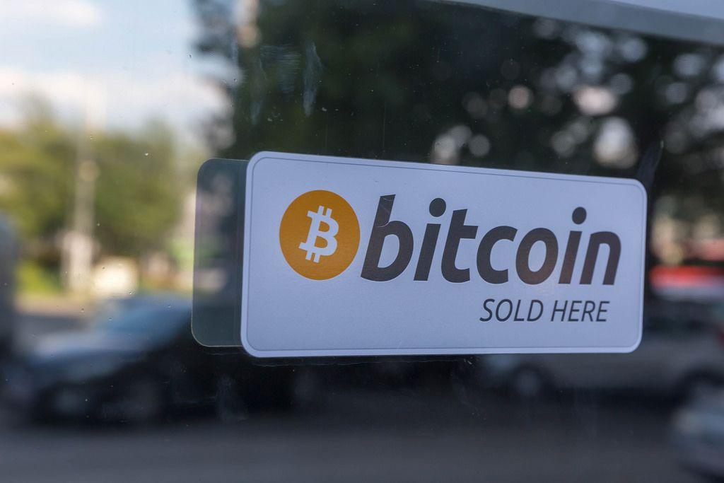 Aufkleber Bitcoin sold here auf dem Schaufenster