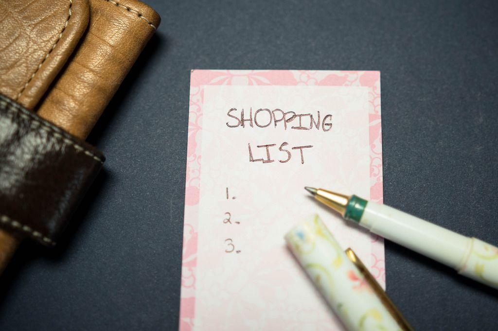 Auflistung von Artikeln in einer Einkaufsliste mit Stift