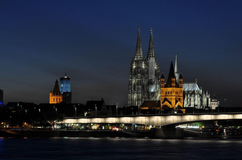 Aufnahme vom Kölner Dom zu blauer Stunde