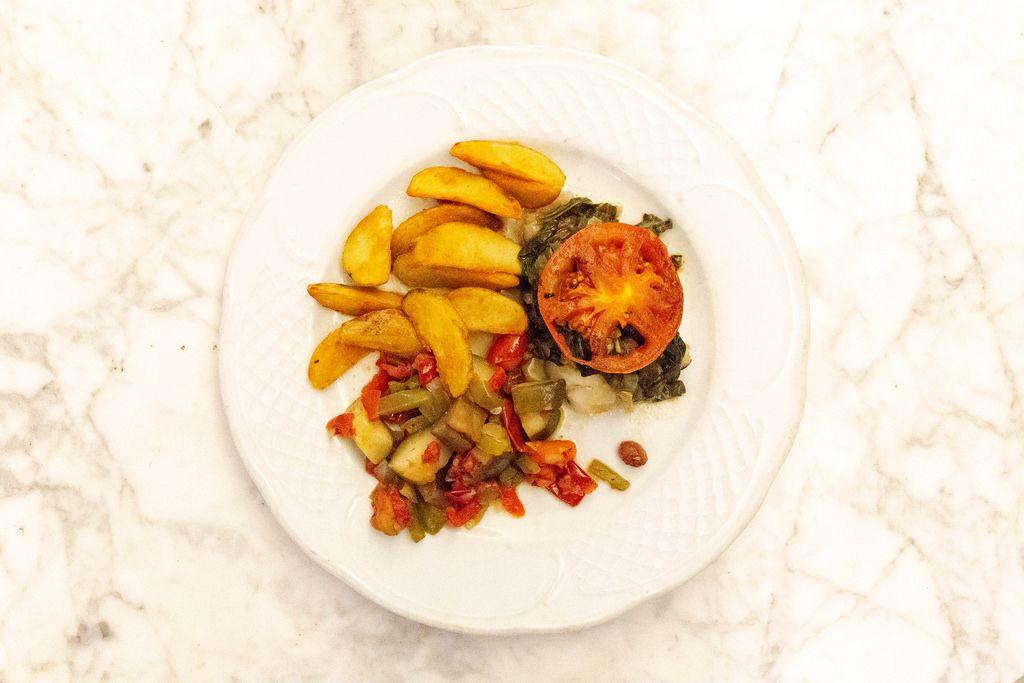 Aufsicht - gegrillter Schwertfisch mit Wedges Kartoffeln und Gemüse auf einem Teller
