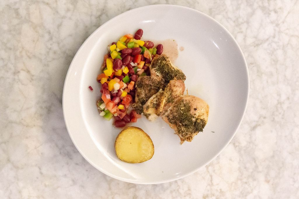 Aufsicht - Hähnchen in Kräutersauce mit Backkartoffel und gemischtem Salat mit Bohnen