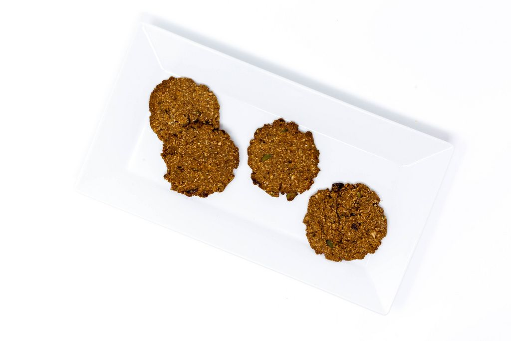 Aufsicht - Superfood Bakery - Glow Makers Cookies auf weißem Teller