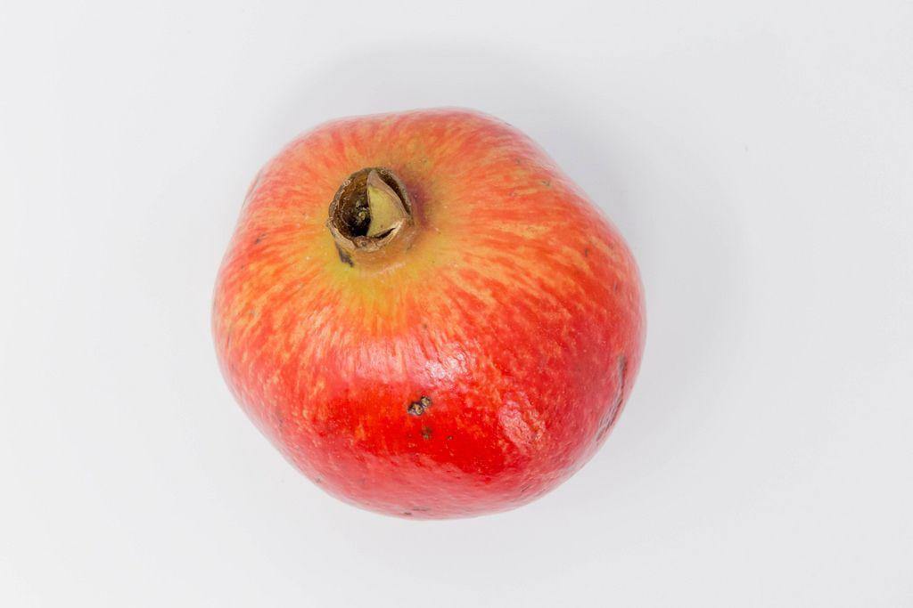 Aufsicht von Granatapfel auf weißem Hintergrund