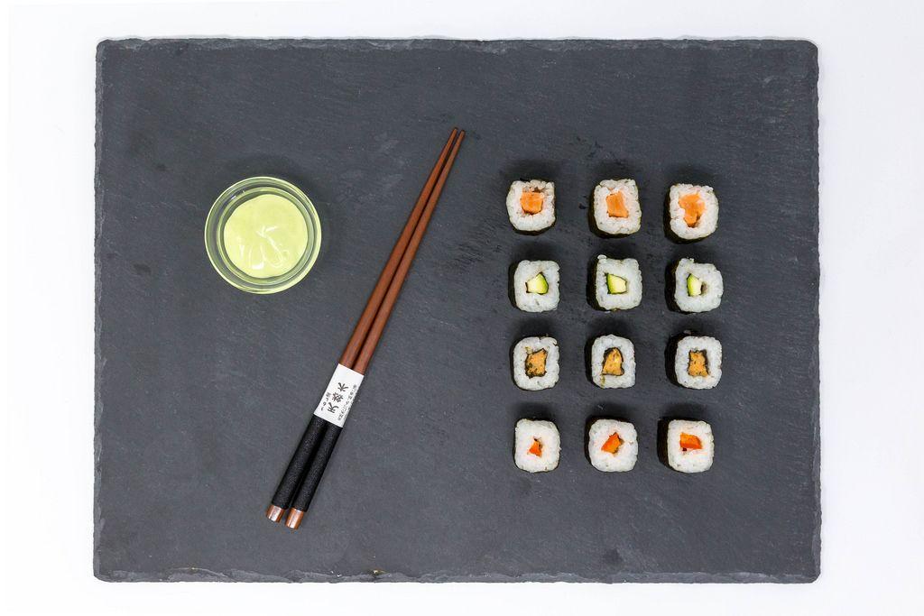 Aufsicht von japanischem Moso-Maki Sushi mit Wasabi und traditionellen Essstäbchen