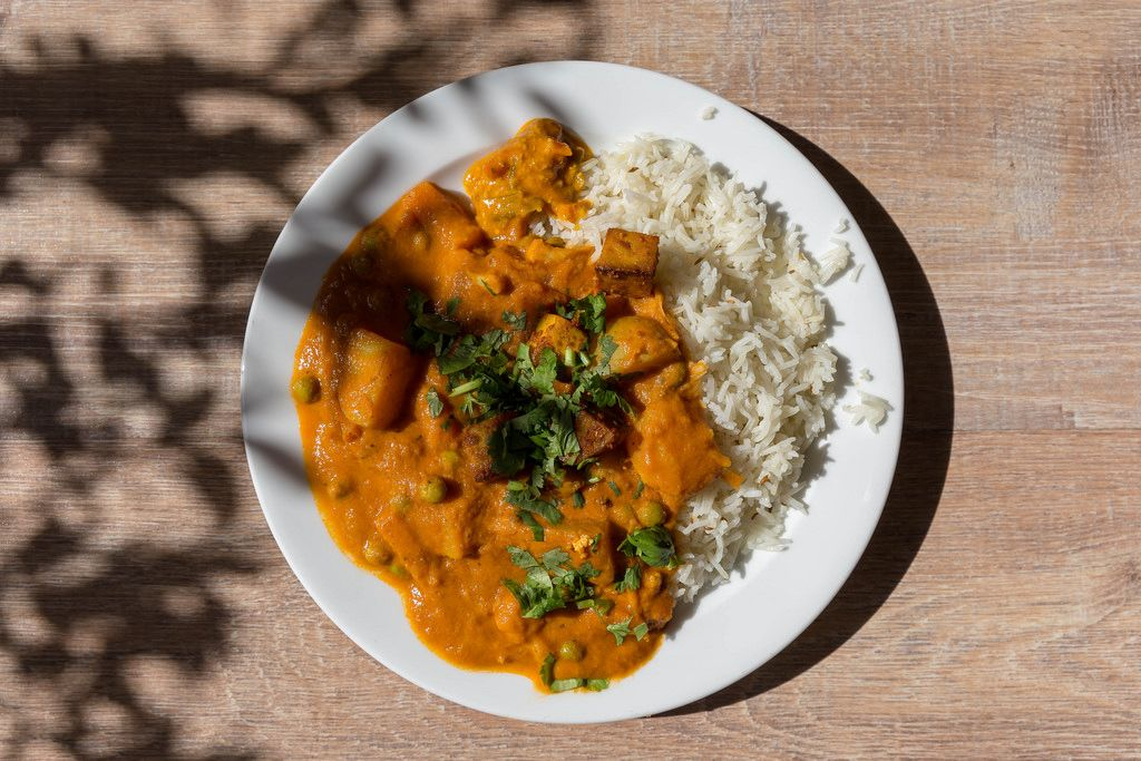 Aufsicht von Tikki Masala Chicken mit Reis