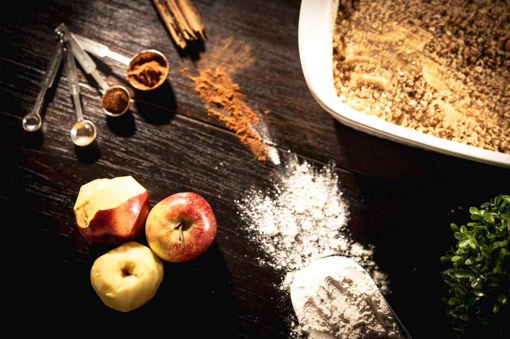 Aufsicht von Zutaten eines Apfel-Zimtkuchen