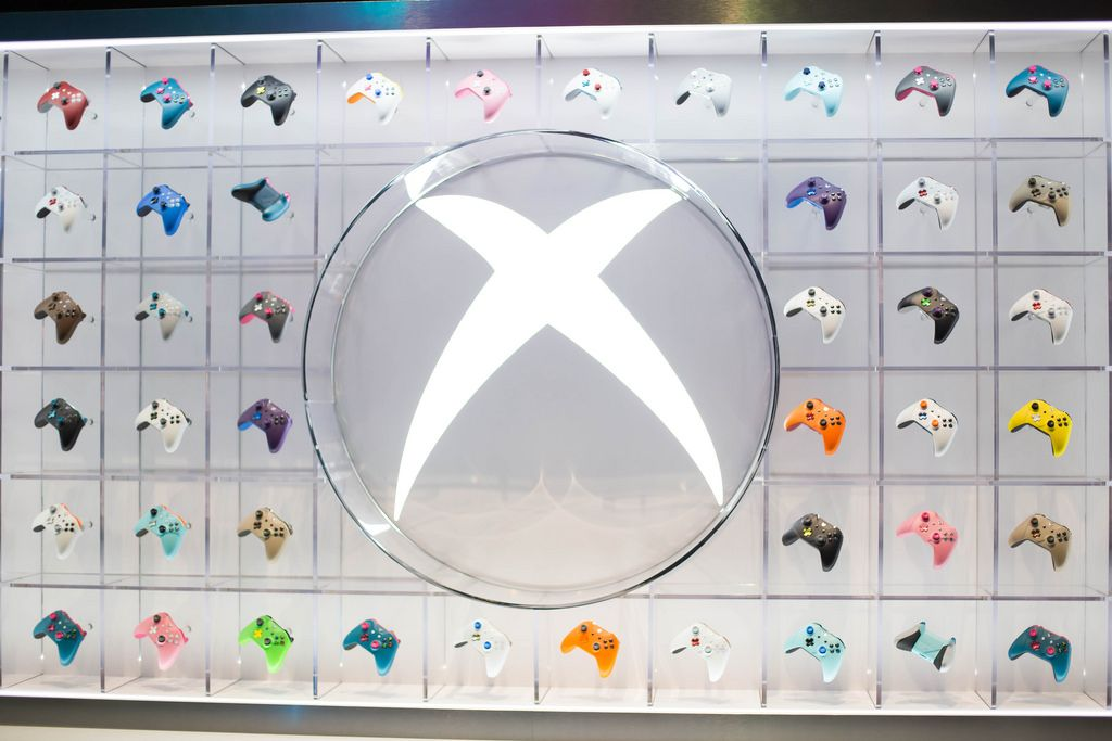 Ausstellung von Xbox One Kontroller in verschiedenen Farben