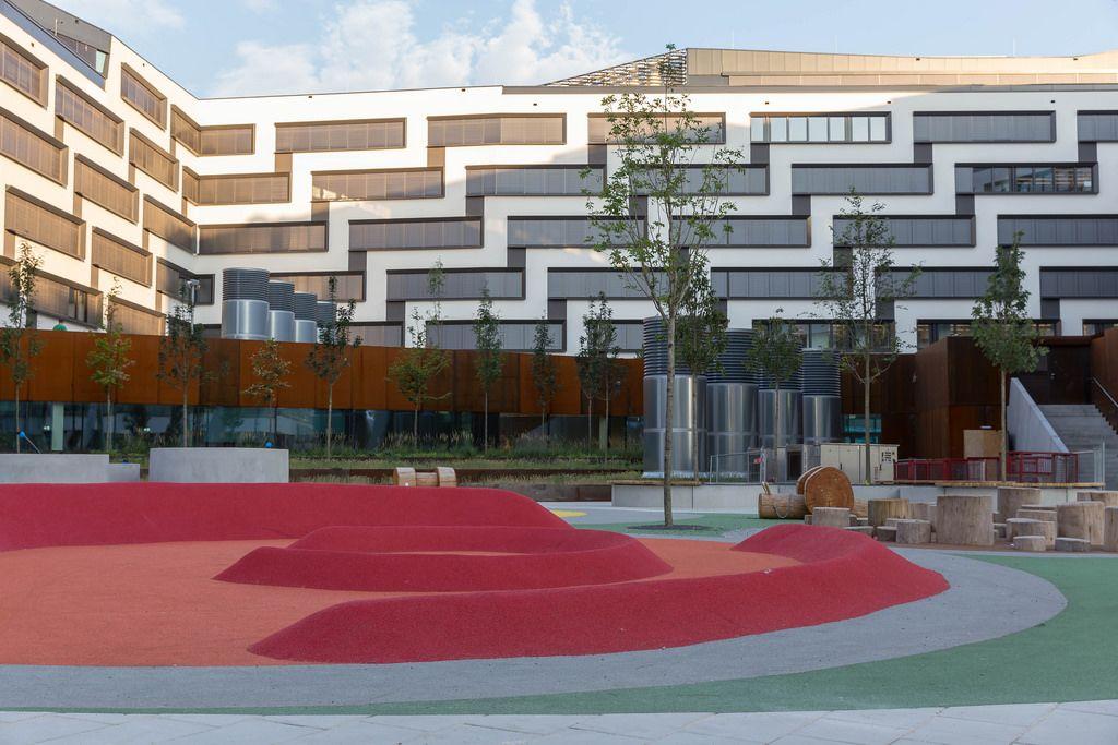 Austria Campus mit Spielplatz und der Wirtschaftsuniversität im Hintergrund