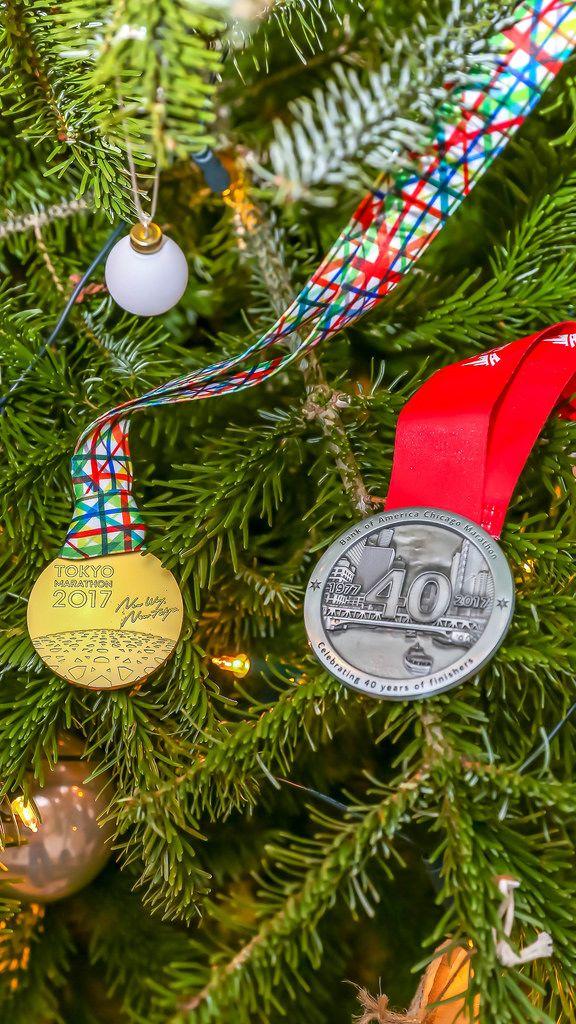 Auszeichnungen vom Tokyo und Chicago Marathon als Weihnachtsbaumschmuck