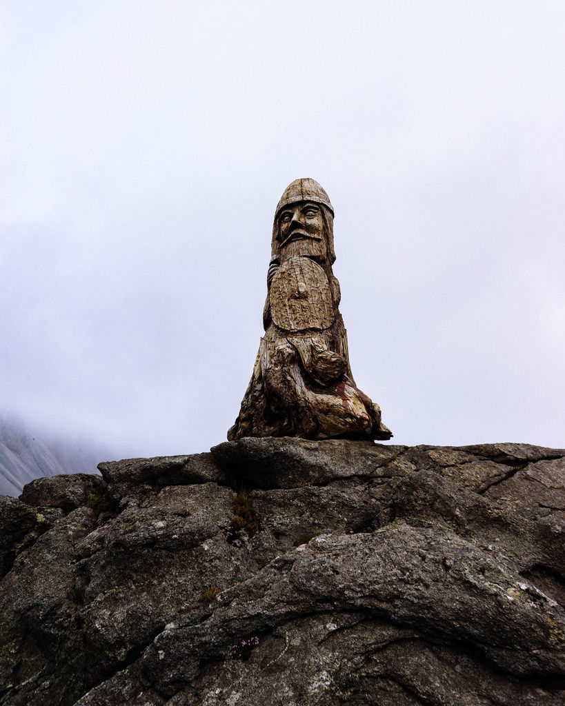 Authentic Icelandic wooden sculpture on rocks / Authentische isländische Holzskulptur auf Felsen
