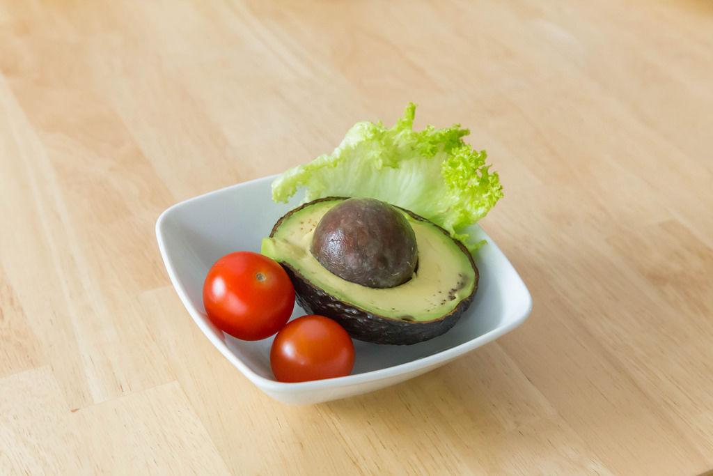 Avocado mit Tomaten