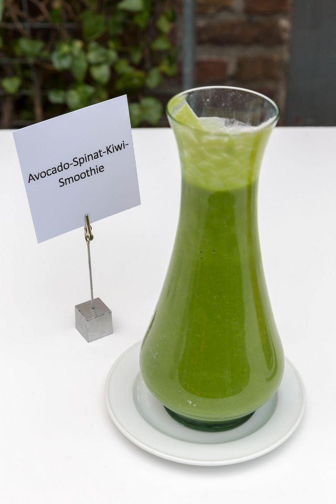 Avocado-Spinat-Kiwi-Smoothie in einer stilvollen Karaffe