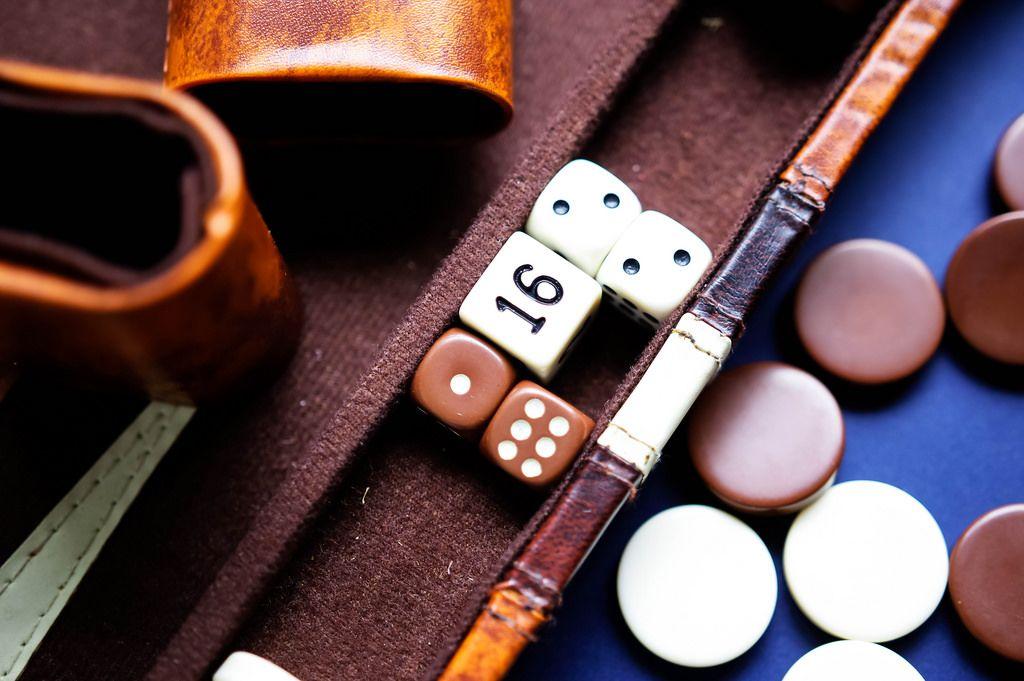 Backgammon - Brettspiel mit Würfel, Verdoppelwürfel und einem Würfelbecher aus Leder