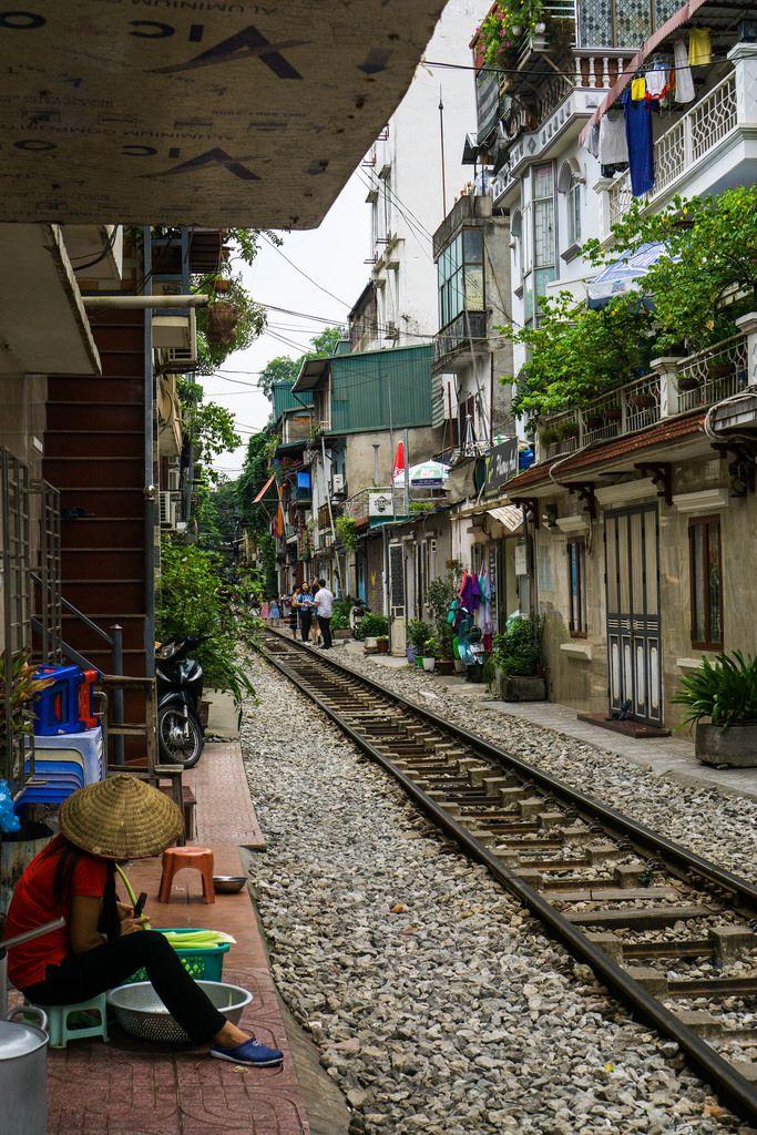 Bahnschienen In Hanoi, Vietnam durchqueren eine Wohngegend