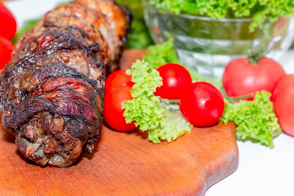 Baked meat with tomatoes and lettuce
