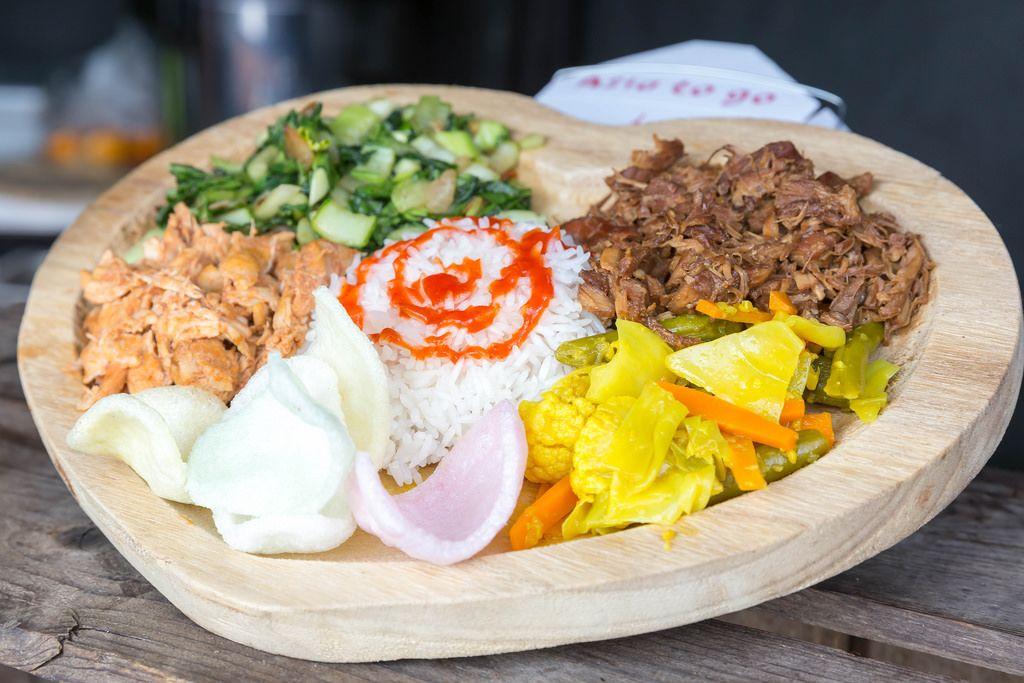 Bali Teller: Reis, Gemüse in Curry-Sauce, Mangold und zwei Fleischsorten