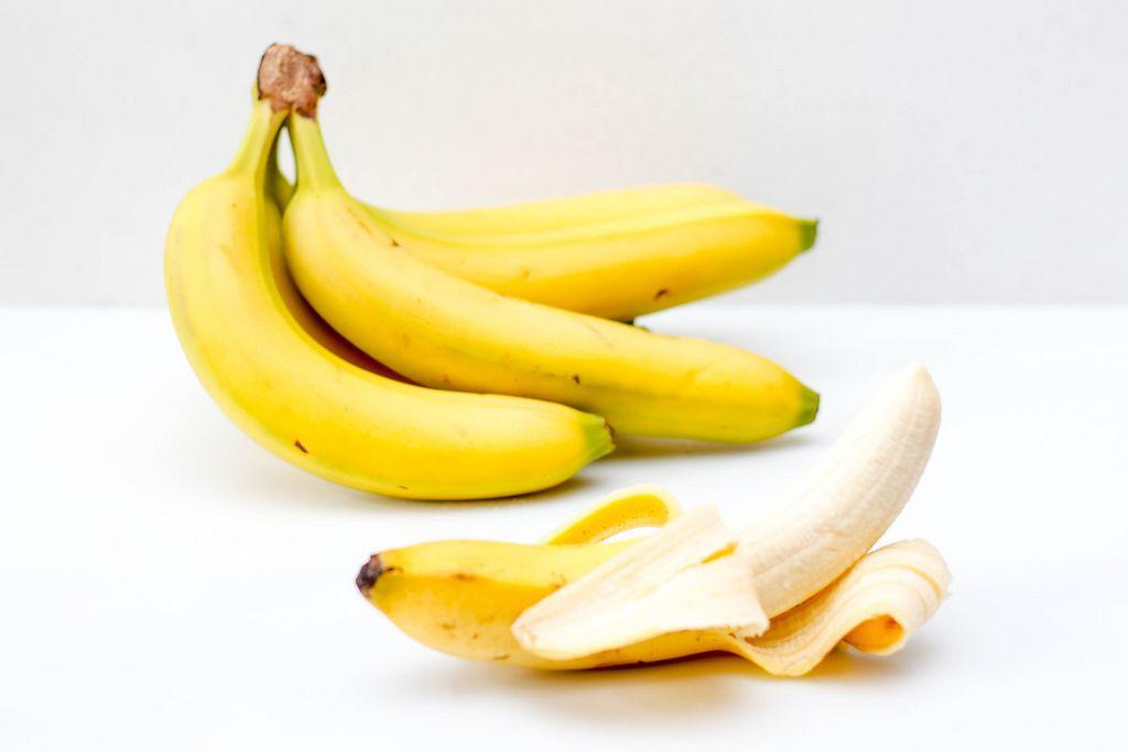 Bananen vor weißem Hintergrund