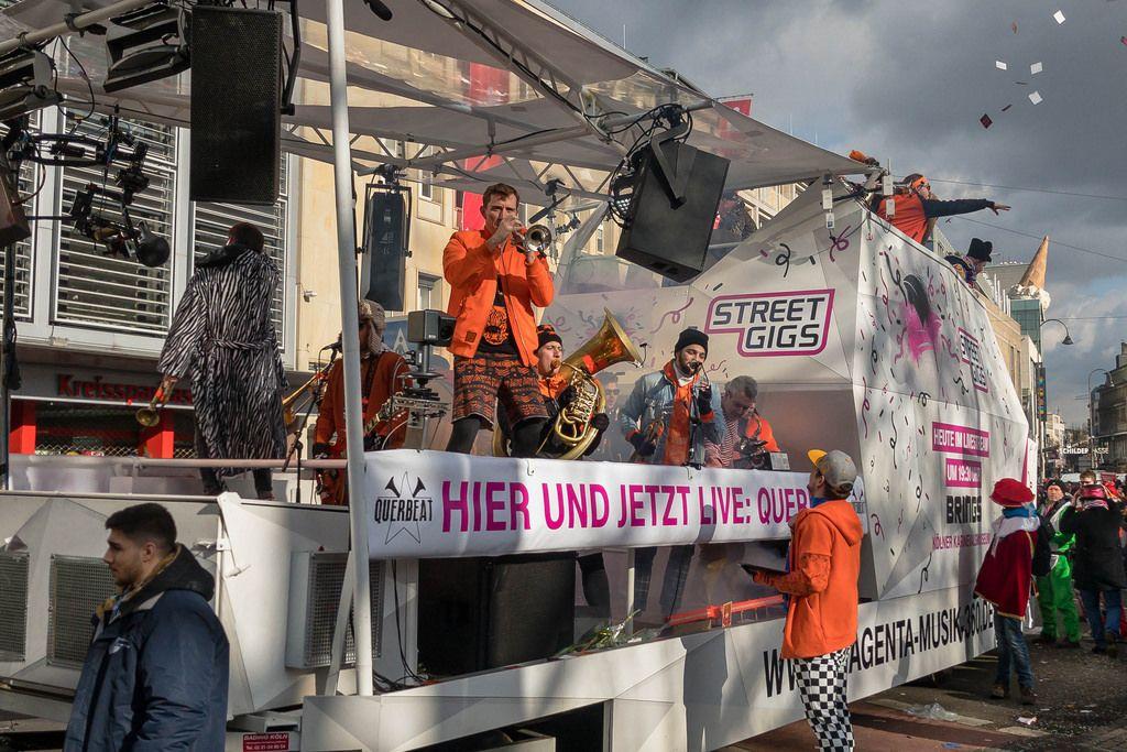 Band Querbeat tritt auf dem Wagen von Street Gigs auf - Kölner Karneval 2018