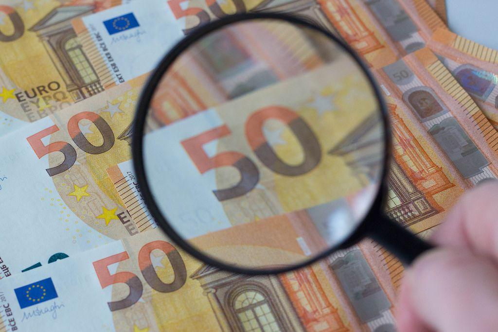 Banknoten unter der Lupe