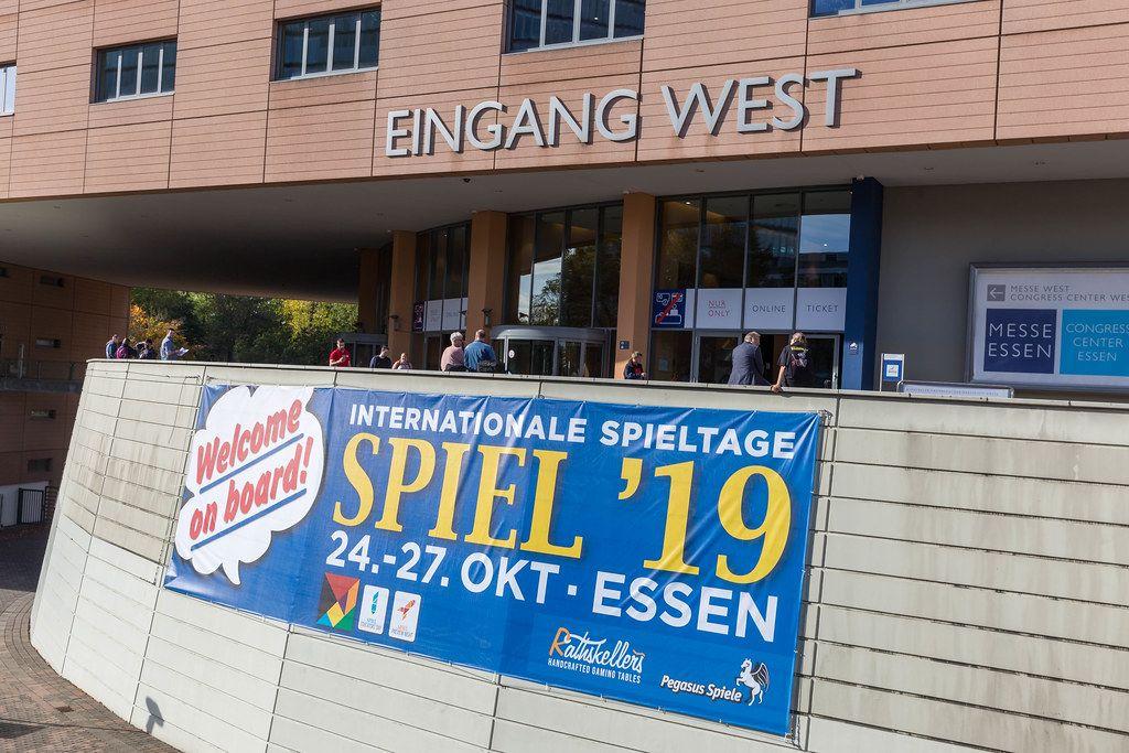 Banner heißt die Besucher herzlich willkommen am Eingang der internationalen Spieltagen SPIEL 19 bei der Messe in Essen