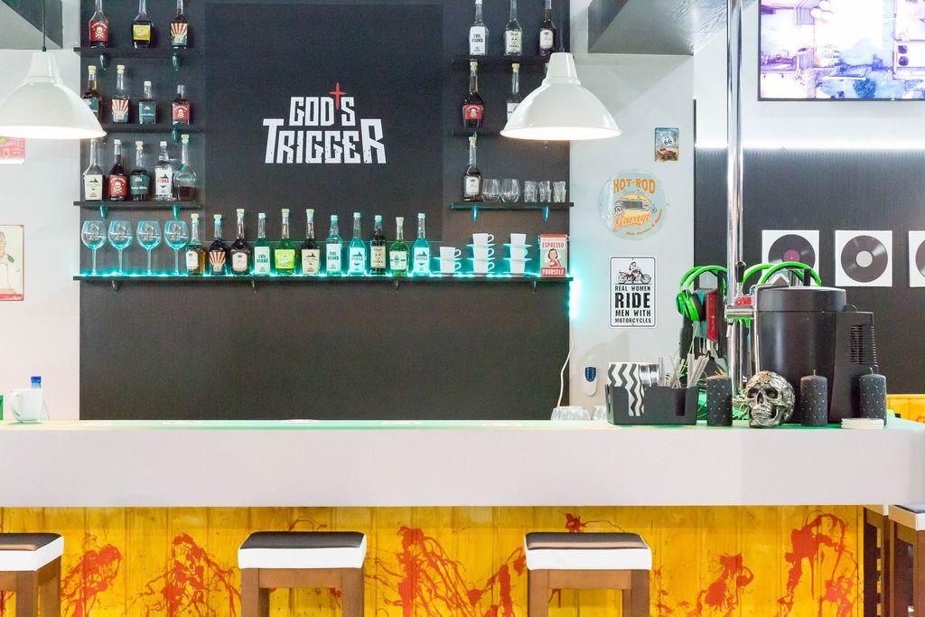 Bar am Messestand von God's Trigger - Gamescom 2017, Köln