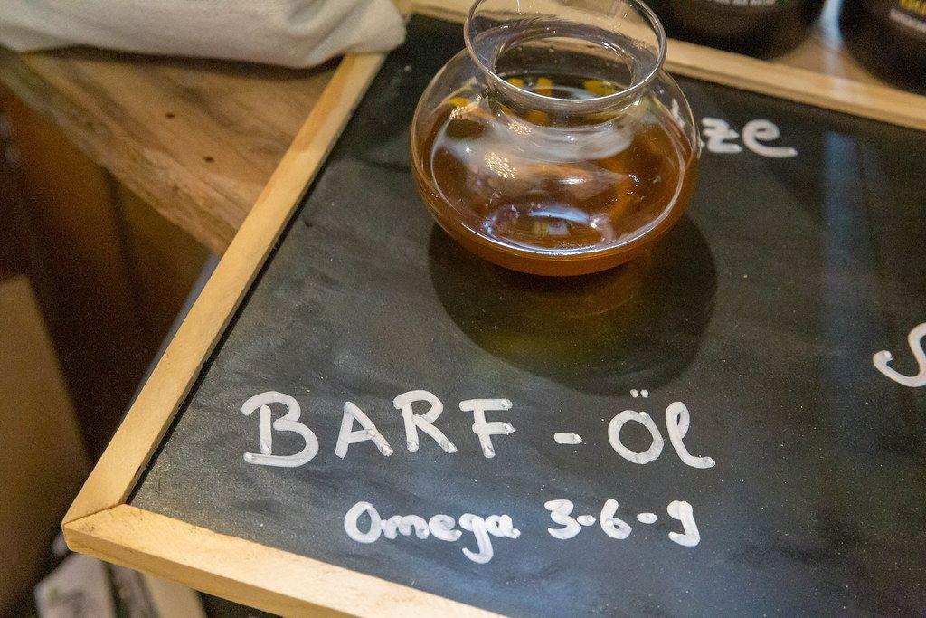 Barf-Öl in Glaskaraffe mit Omega 3-6-9 zur optimalen Fütterung, wird auf der Hundemesse 2019 in Köln vorgestellt