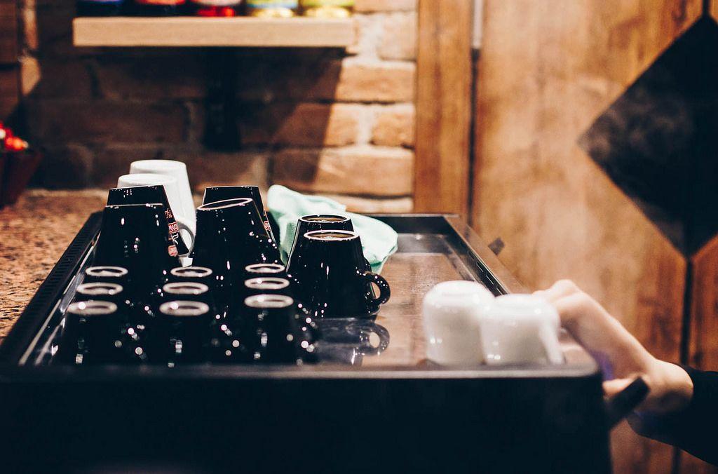 Barista macht Kaffee und Tee. Kaffeetassen auf der Kaffeemaschine im Cafe