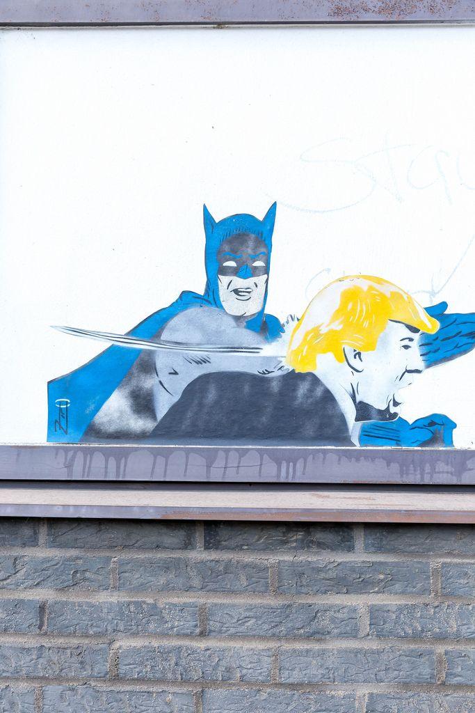 Batman verabreicht Donald Trump eine Ohrfeige (Graffiti)