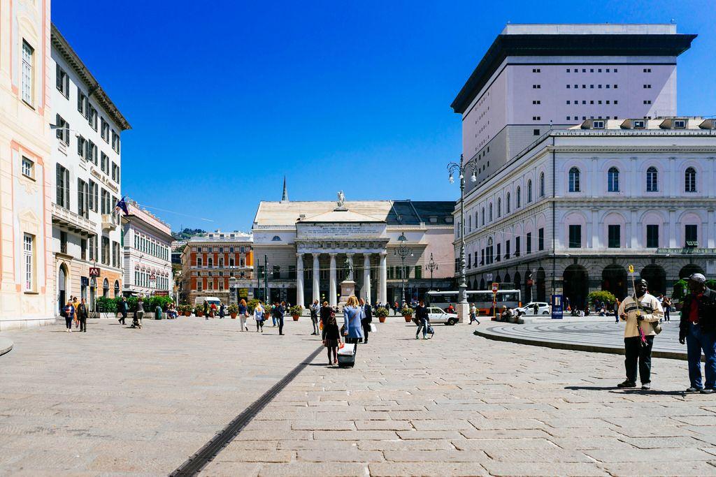 Beautiful sunny square in Genova / Schöner sonniger Platz in Genua
