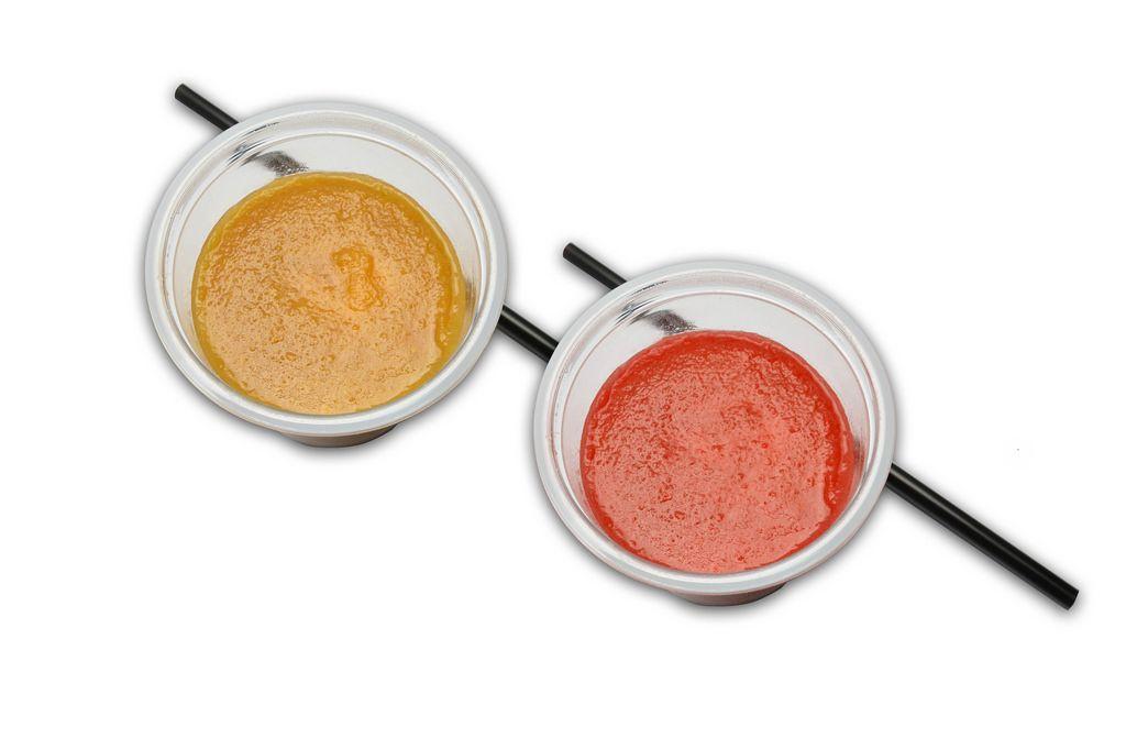 Becher mit Obst-Cocktails und Trinkhalme