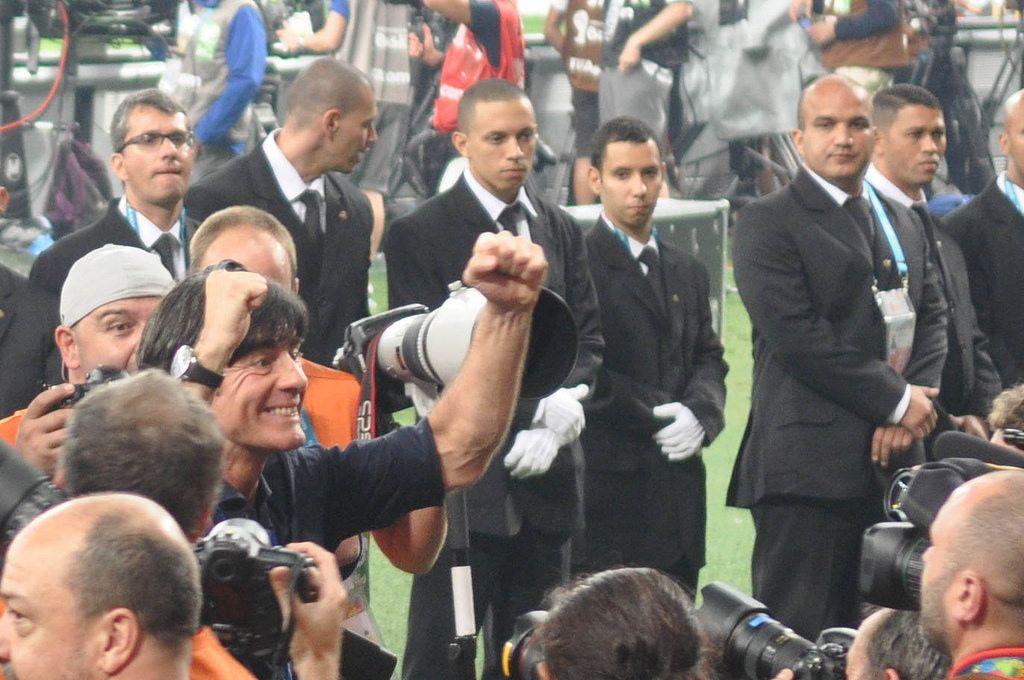Begeisterter Joachim Löw inmitten einer Fotografen-Menge - Fußball-WM 2014, Brasilien